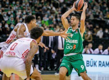 M. Kalnietis su kamuoliu